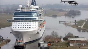 die-ueberfuehrung-der-riesigen-kreuzfahrt-schiffe_full